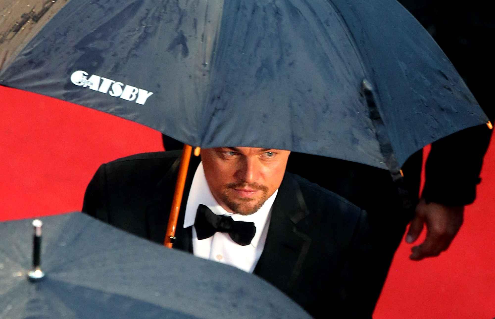 Di Caprio et son parapluie personnalisé Gatsby au festival
