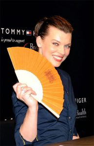 eventails-personnalises-accessoires-fetiches-des-stars-Milla-Jovovich