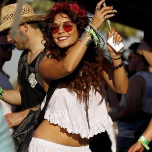 festival-de-Coachella-2014-mythiques-bracelets-d-identification-Vanessa-Hudgens