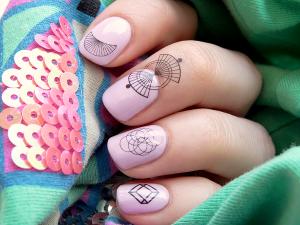Les-nail-tattoos-de-Bourjois-succombez-aux-tatouages-d-ongles-4