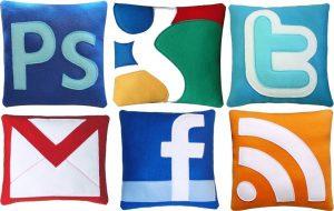 Les goodies Facebook et twitter pour les geeks-mug-facebook-coussins-geek