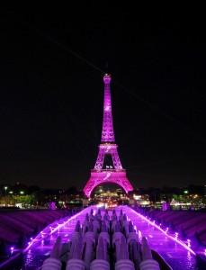 Octobre-rose-les-objets-personnalises-pour-la-bonne-cause-Tour-Eiffel-Rose
