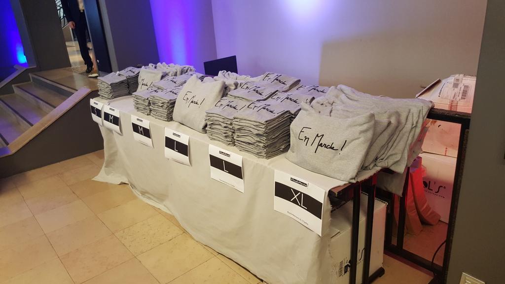Présidentielle: Tee-shirts, badges, stylos… Comment expliquer le succès des